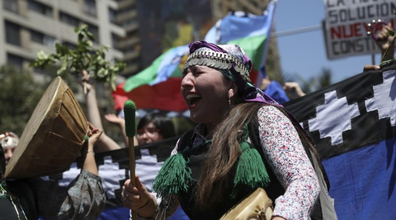 La partecipazione degli indios Mapuche alle proteste antigovernative proseguite ieri nelle strade di Santiago © Ap