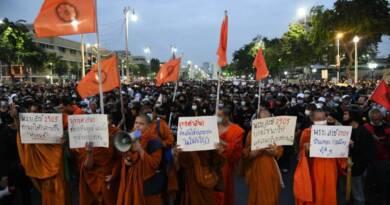 In Thailandia i monaci democratici si uniscono alle proteste 3